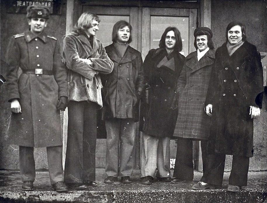 Od-lewej---ruskij-sałdat,-Dariusz-Śnieżko--Błocki,-Jan-Słotkowicz,-Henryk-Pella,-n-n,-pianista-Kurt-Moszny